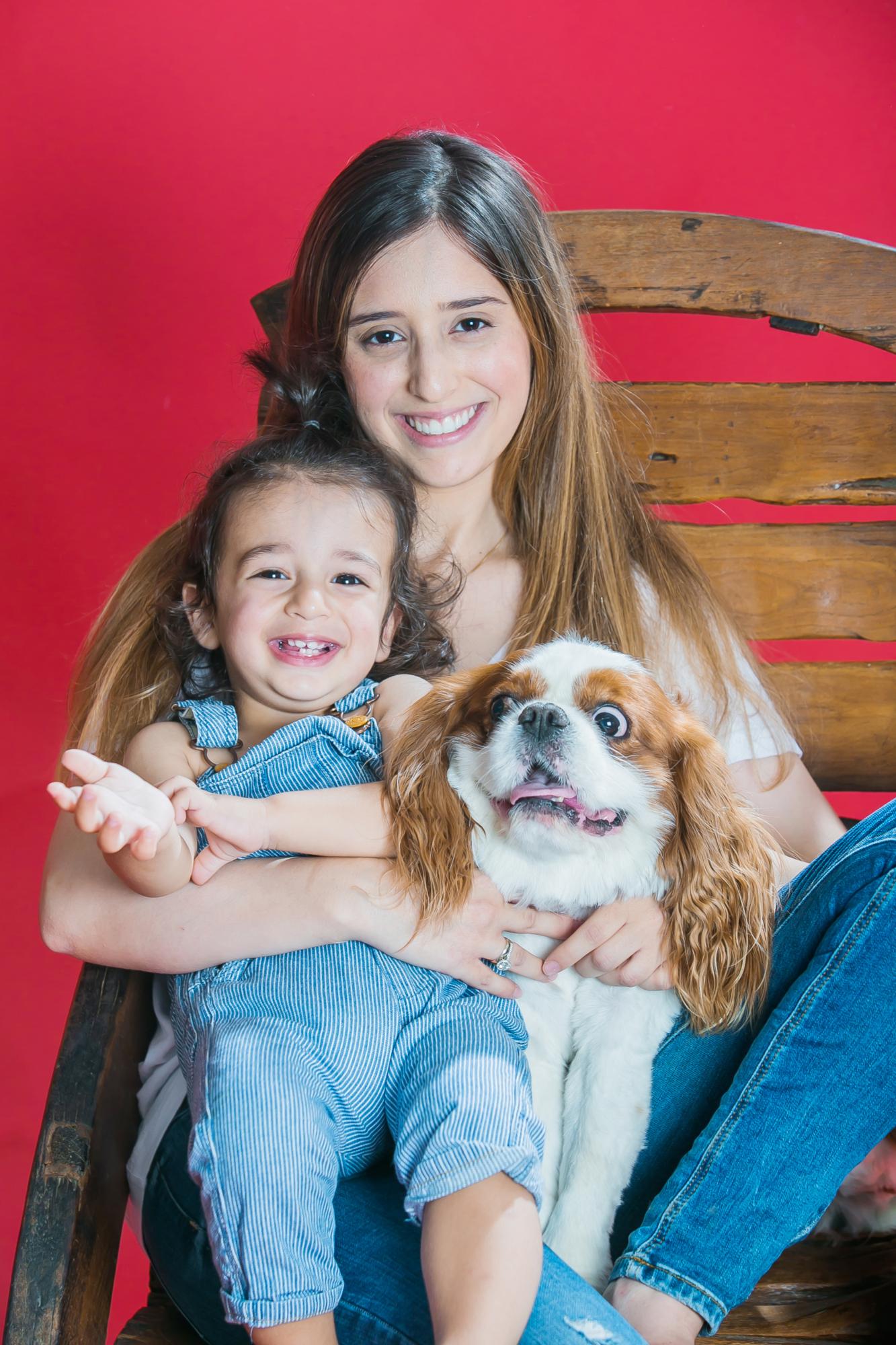 צילומי משפחה עם כלב רקע אדום בסטודיו