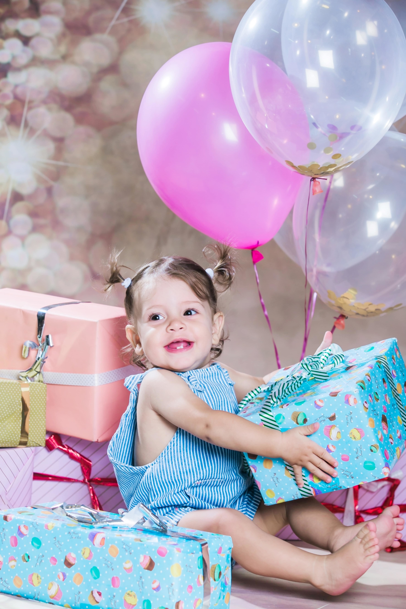 צילומי תינוקת עם מתנות