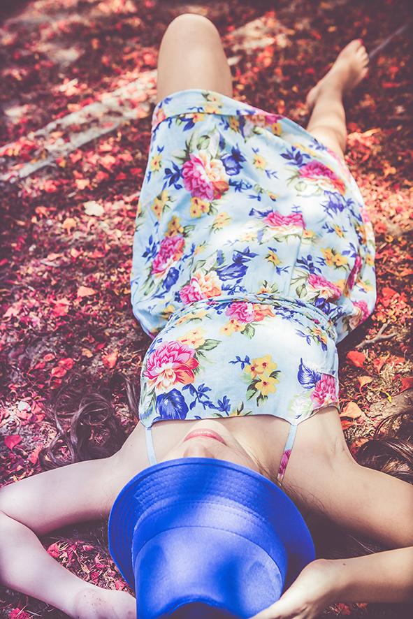 נערה עם שמלה כחולה על שלכת אדומה