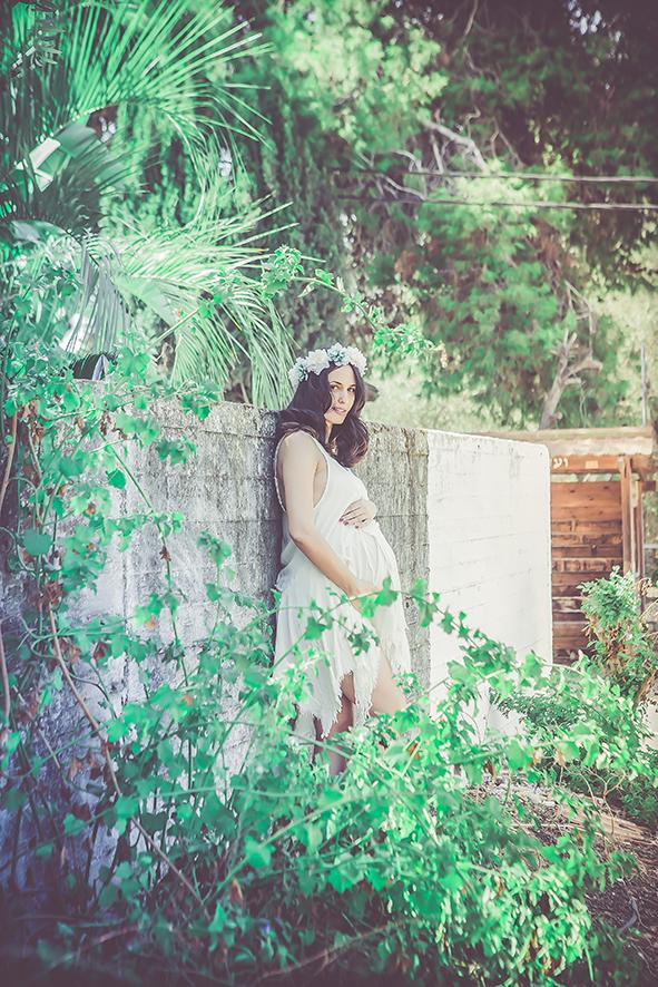 אשה בהריון צילומים טבעיים בכפר