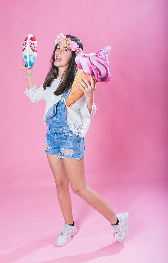 נערה באוברול ג'ינס עם גלידה
