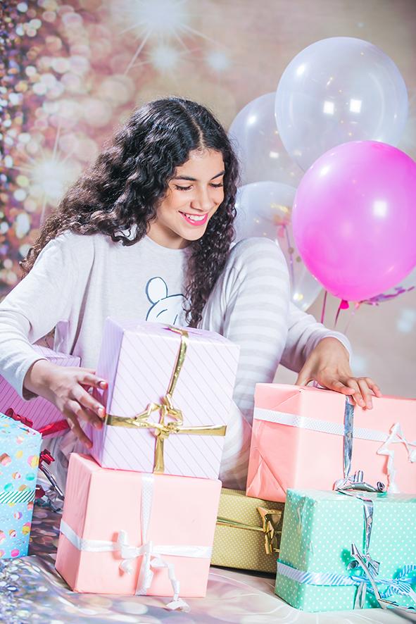 צילומי בוק בת מצווה ילדה עם מתנות