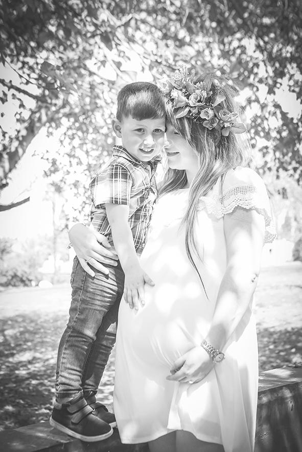 אמא וילד בצילומי הריון בטבע שחור לבן