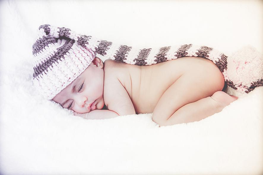 תינוקת ישנה על רקע לבן