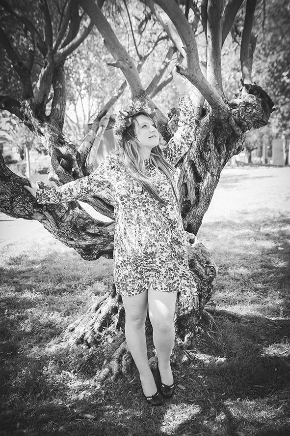 צילום הריון בשחור לבן עץ זית