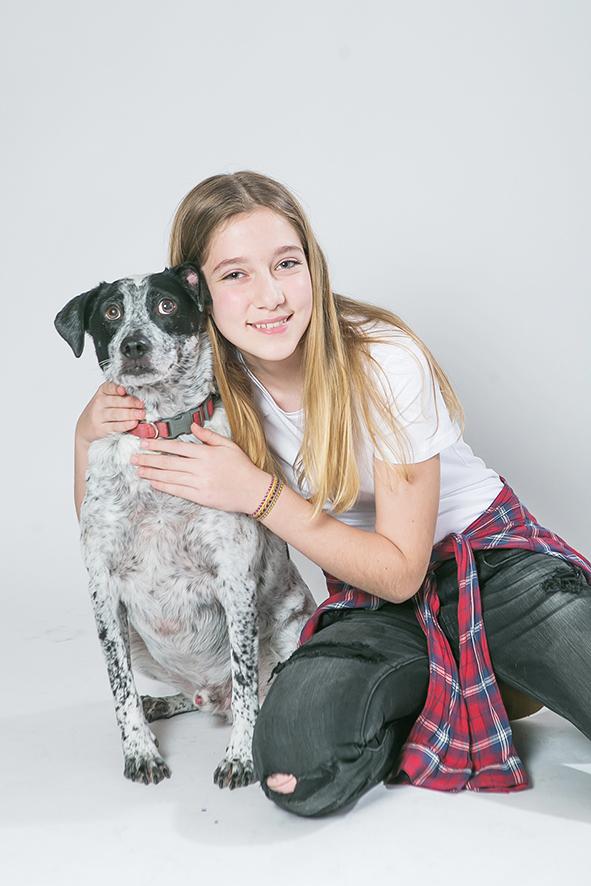 בוק בת מצווה ילדה עם כלב- צילום סטודיו