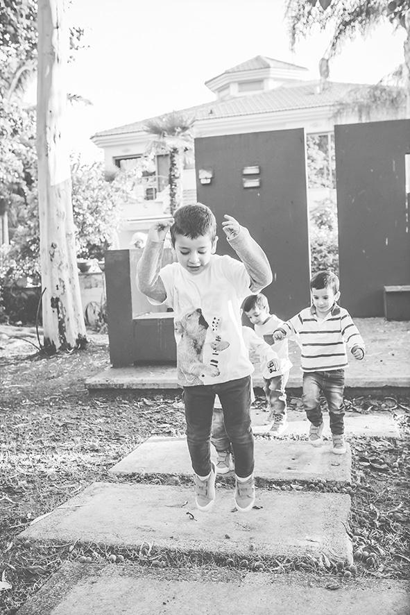 צילומי ילדים בגן השלום והאהבה שחור לבן