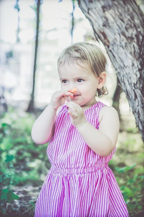 צילום תינוקת מריחה פרח