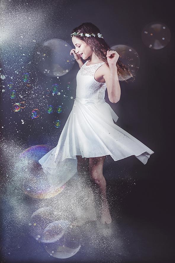 צילום ילדה עם חול כסוף ובועות סבון