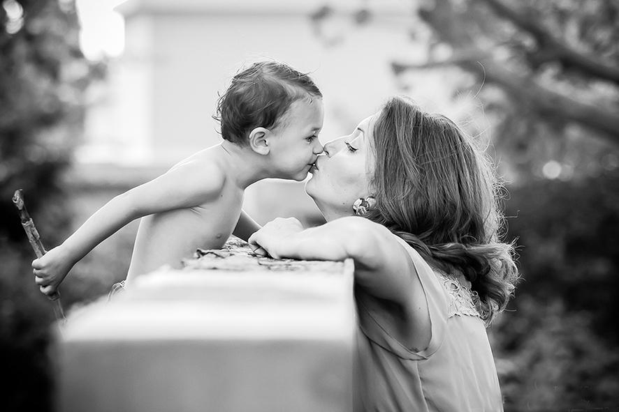 צילום רטרו אמא ובן שחור לבן