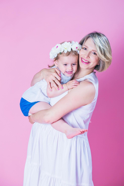 צילום אמא ובת רקע ורוד