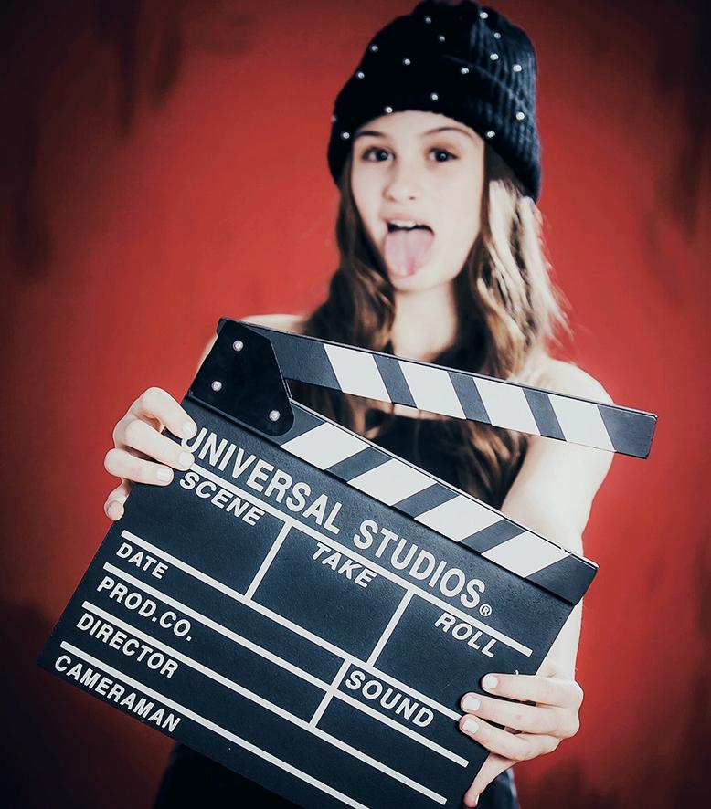 צילומי בת מצווה- ילדה רקע אדום קולנוע