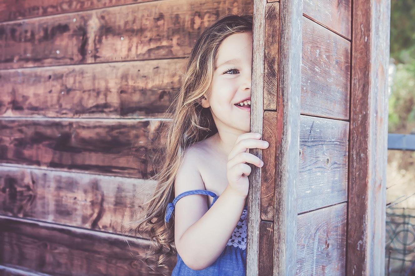 ילדה משחקת בתחנת אוטובוס