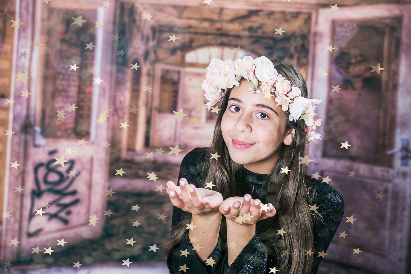צילום בוק בת מצווה ילדה מעיפה קונפטי כוכבי זהב