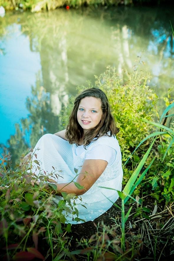 בוק בת מצווה באגם- ילדה בשמלה לבנה
