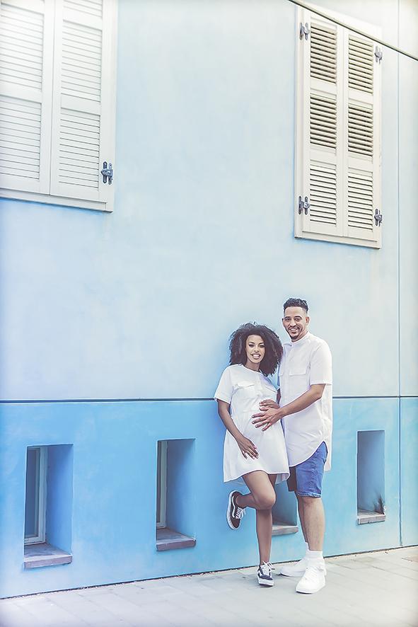 צילומי הריון רקע כחול בתל אביב