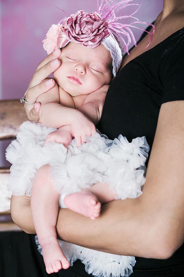 תינוקת רקע ורוד