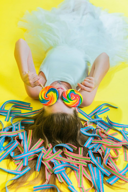 בוק בת מצווה בסטודיו לצילום רקע צהוב עם סוכריות