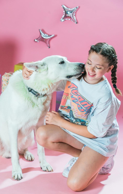 בוק בת מצווה בסטודיו רקע ורוד וכלב לבן