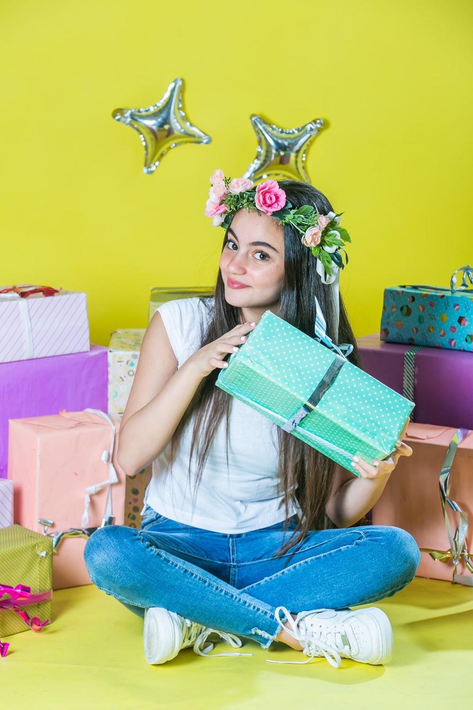 צילומי בוק בת מצווה בסטודיו רקע צהוב עם מתנות