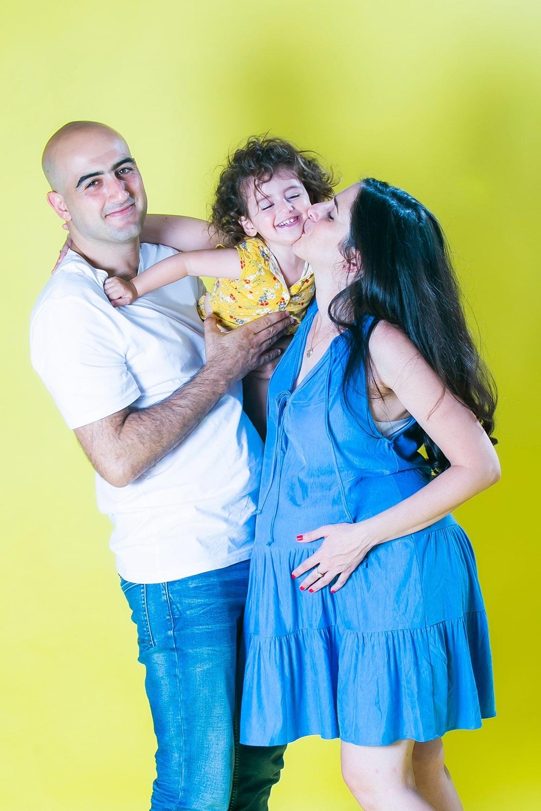 צילומי משפחה בסטודיו ברקע צהוב